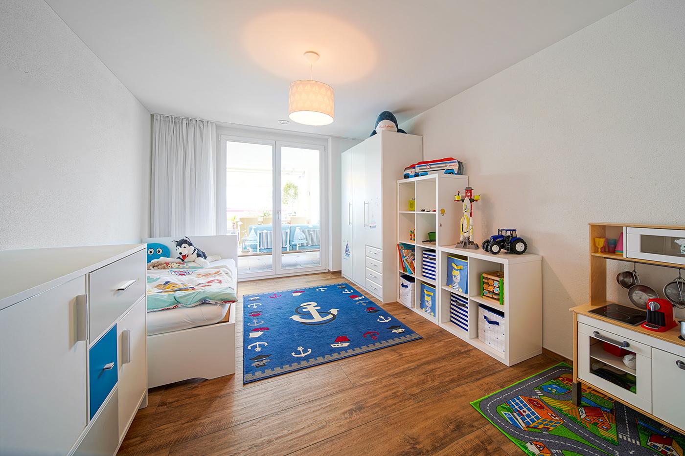 Kinderzimmer in moderner Terrassenwohnung