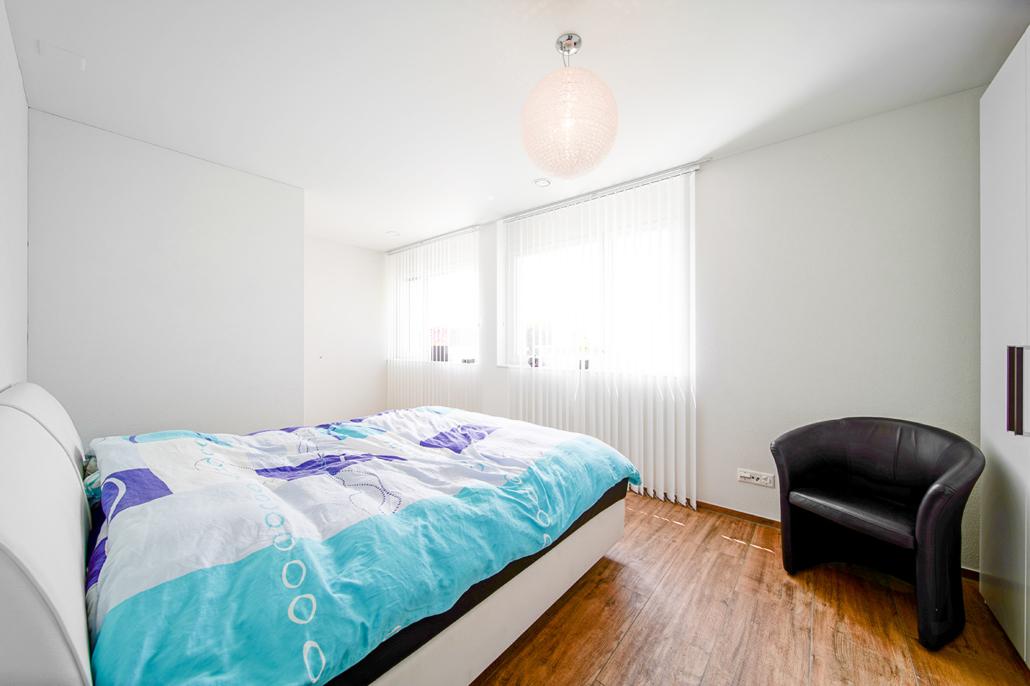 Schlafzimmer in moderner Terrassenwohnung