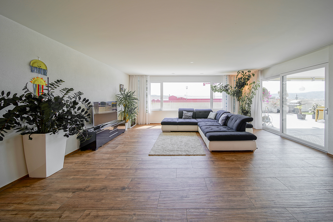 Grosses Wohnzimmer in moderner Terrassenwohnung
